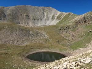 Bacivers-Gebirgssee, im Hintergrund der Gipfel des Bastiments