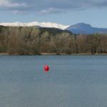 Banyoles, mit den verschneiten Pyrenäen im Hintergrund