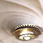 Leuchte und Decke im Wohnsaal der Casa Batlló